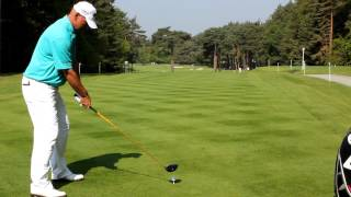 preview picture of video 'Thomas Bjorn tees off the 12th at Wentworth'