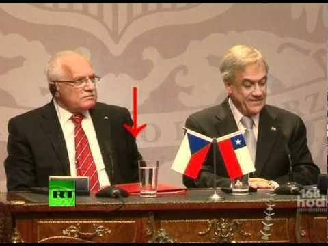 ماذا فعل الرئيس التشيكي بالقلم ؟