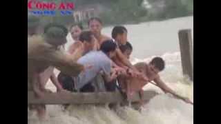 Nam sinh lớp 12 cứu người - bị nước lũ cuốn trôi