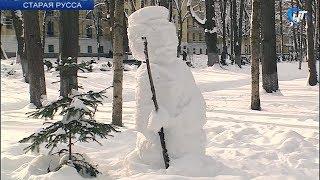 Необычная снежная скульптура приживается на территории старорусской здравницы
