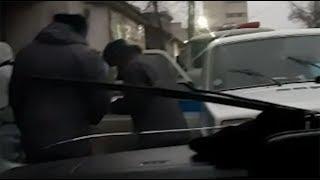 Попались! В Бишкеке снова сняли плюющихся милиционеров