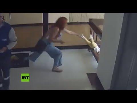 En el ultimo segundo: mujer salva a su hijo de caer el vacio por unas escaleras