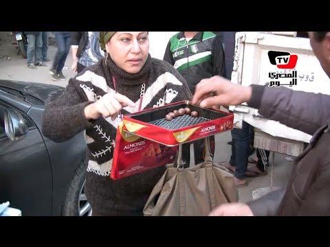 والدة وفاء عامر توزع الحلويات أمام لجان الاستفتاء