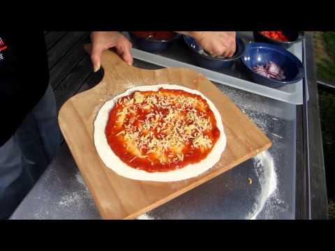 Pizza backen mit dem Pizzastein / Backplatte auf dem Grill von www.slowcook.de