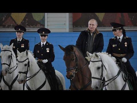 Ο Πούτιν κάνει ιππασία με γυναίκες αστυνομικούς!