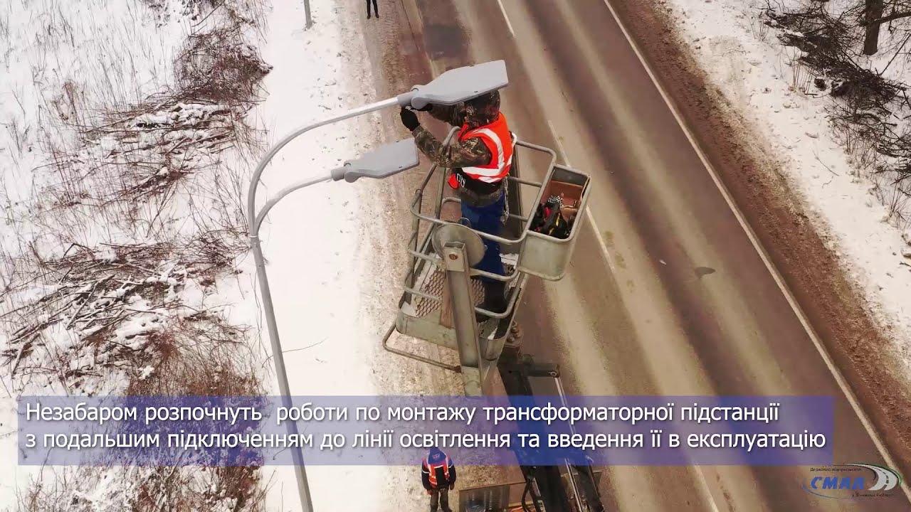 У с. Агрономічне Вінницького району монтажники влаштовують опори вуличного освітлення та світильники