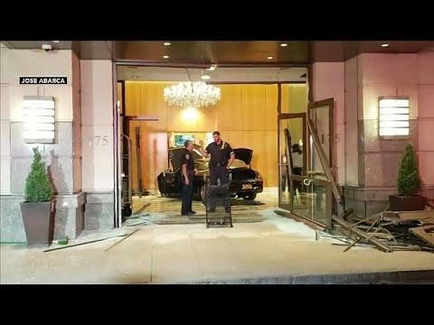 العرب اليوم - شاهد: سيارة تخترق بهو فندق دونالد ترامب بلازا في نيويورك