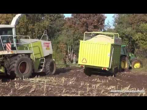 loonbedrijf komt met opraapwagen met mais vast te zitten