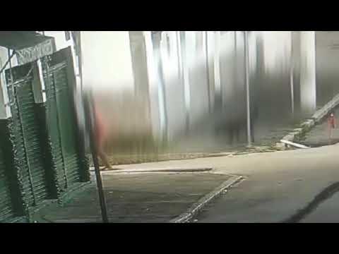 Flagra de furto de grades de bueiro em Cruzeiro