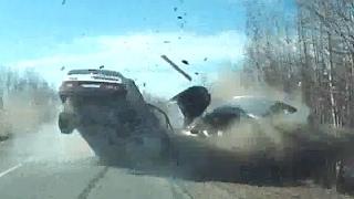 Смотреть онлайн Подборка: Жестокие столкновения авто лоб в лоб