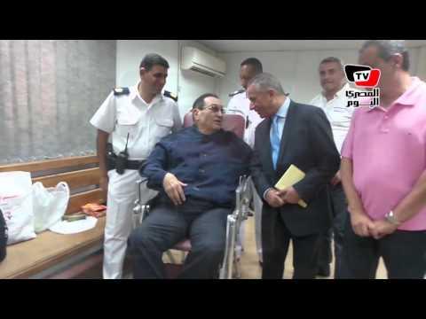 أحمد موسى يطمئن على مبارك «خلف القفص»