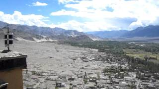 preview picture of video 'Looking out over the Indus valley from the roof of Thiksey Monastery'