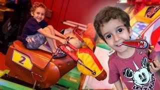 Toquinho no Médico e Paulinho no Parquinho de Jogos para Crianças