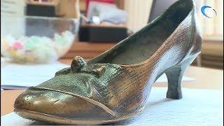 У «Уставшей туристки» украли туфельку