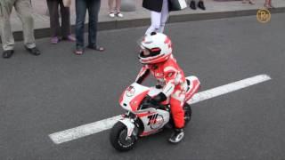 3-річний мотоцикліст Tima Kuleshov ганяє на мотоциклі по дорозі