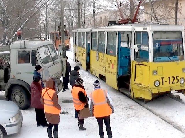 Бензовоз протаранил трамвай
