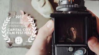 Un cortometraggio girato attraverso una Hasselblad 500CM mette in guardia dall'ossessione fotogr