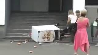 Алкаши грузчики несут холодильник