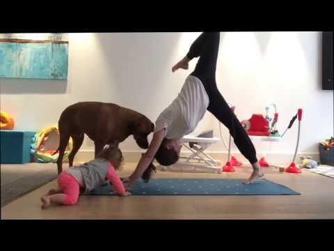 למזרן היוגה של האימא הזאת הצטרפו כלב ופעוטה שרוצים להשתעשע