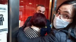 В Николаеве председатель участковой комиссии вытолкала наблюдателя за дверь, а после исчезла. ВИДЕО