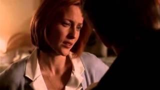 Mulder et Scully échangent leur premier vrai baiser après la naissance de William (VO)