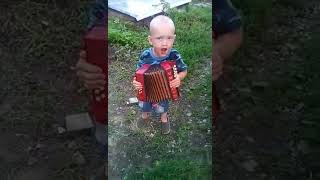 Мальчик круто играет на гармошке!!! Позитиффчик