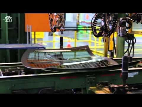 Фото Страна - Франция, Германия.  Торговая марка - Sekurit, Sekurit Saint-Gobaine является одним из мировых лидеров по производству автомобильных стекол с пятью исследовательскими центрами и 38-ю заводами по всему миру. На всех предприятиях концерна действуют единые Стандарты производства и контроля качества, в какой бы из стран они не находились. Поэтому абсолютно никакого значения не имеет то географическое место, где выпущено стекло. Будь то в Германии, Эстонии или в ЮАР, Sekurit Saint-Gobaine гарантирует высокое качество продукции одинаково для всех своих производств. В Европе стеклами SSG укомплектована каждая вторая машина, в мире – каждая пятая. Поставляет свою продукцию на конвейеры практически всех европейских автопроизводителей, включая Audi, BMW, Mercedes-Benz, VW.