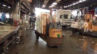 市場で活躍するターレットトラック