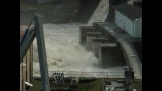 preview picture of video 'Talsperre Kriebstein Hochwasser Überlauf 2011'