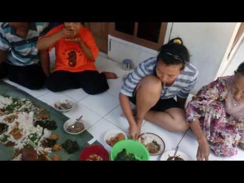 Video Makan Nasi Liwet Bareng Keluarga