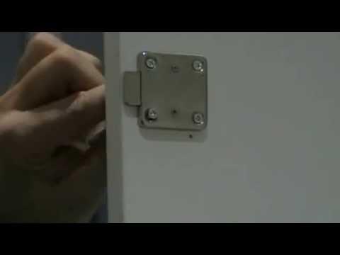 Como poner una cerradura en una puerta de armario o taquilla