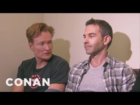 Conan uklízí kancelář Jordana Schlanskyho