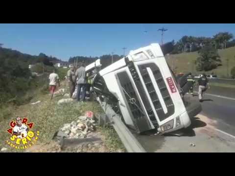 Doidrone o Repórter muito Loko - filma acidente na Br 116 no Bairro da Palmeira carreta tomba com força na curva da Palmeira