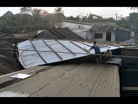 Giông lốc làm tốc mái nhiều căn nhà ở Phú Tân