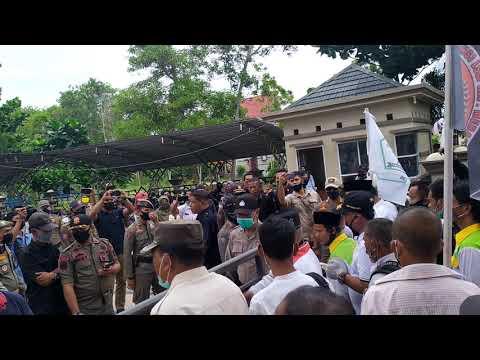 Sampaikan Pernyataan Sikap, Massa Serahkan Keranda dan Nisan ke Pemkab dan DPRD Meranti