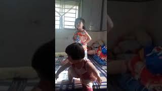 Bé học múa theo nhạc
