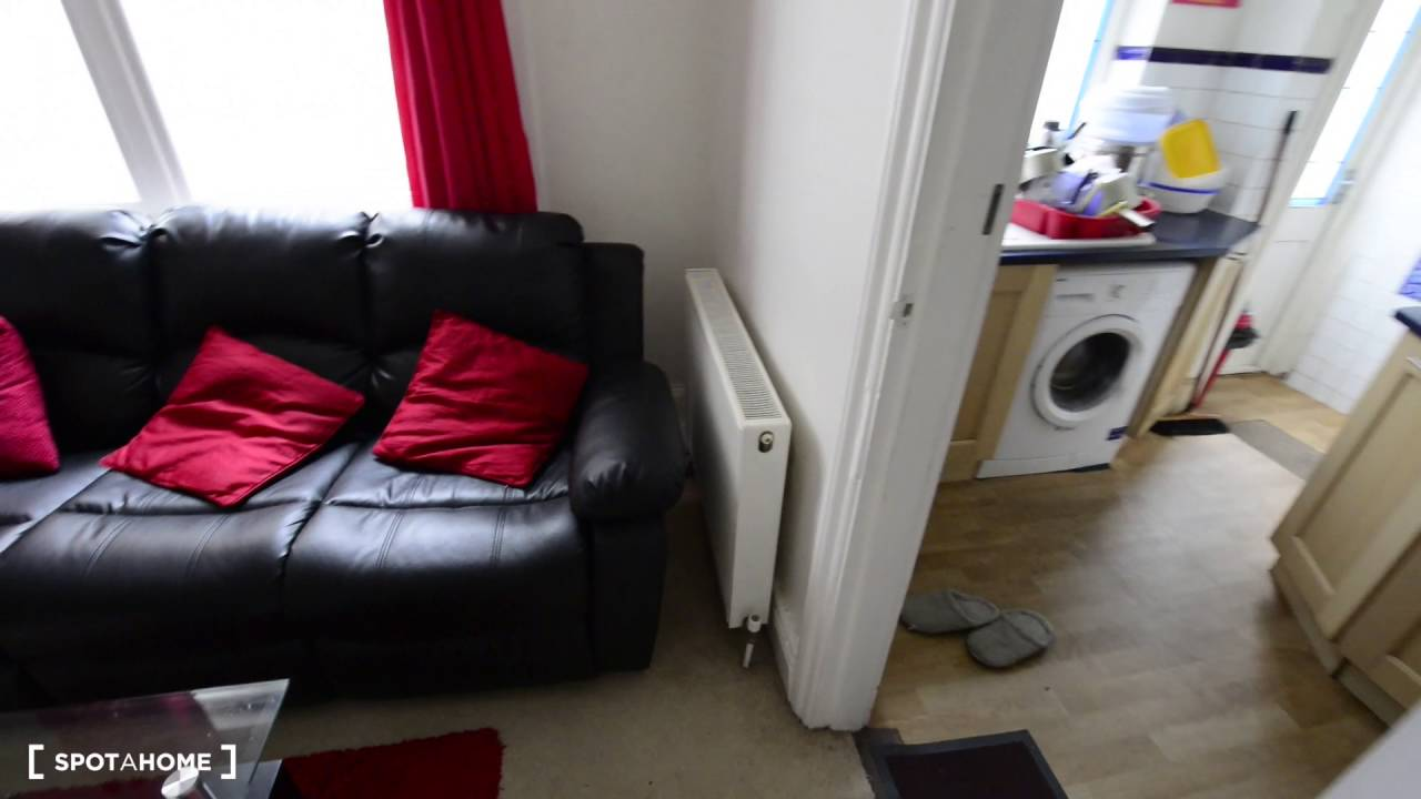 Spacious room with double bed to rent 2-bedroom flat in Ilford
