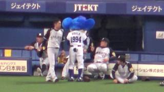 2017.04.18 阪神の選手にドアラ直筆かるたをアピールして笑顔にするドアラ。