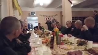 Солдат красиво поёт на новый год