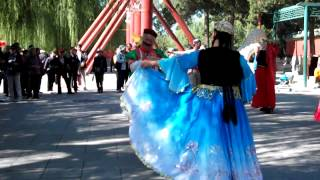 Video : China : XinJiang style dance fun in BeiHai Park 北海公园, BeiJing