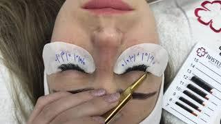 Molhando a extensão de cílios apos o procedimento