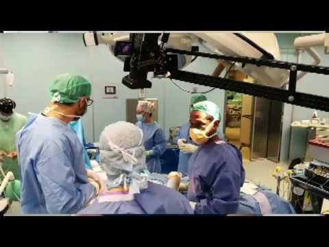 Il dottore di una cura di selce di psoriasi sulla testa