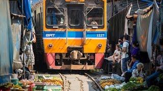Поезд проходит сквозь работающий рынок!