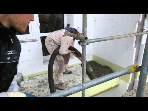 Strojní aplikace betonového potěru na lodžiích bytového domu