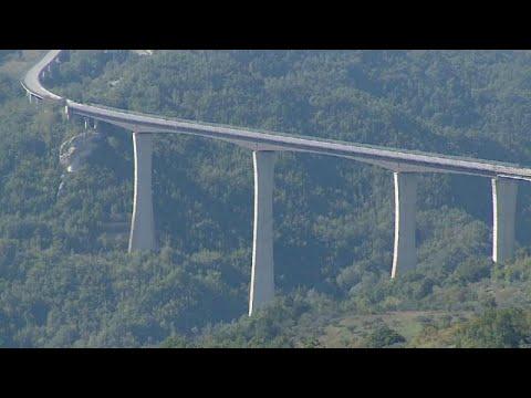 العرب اليوم - شاهد: إغلاق الجسر الأعلى في إيطاليا