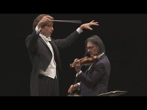 العرب اليوم - شاهد : عازف الكمان ليونيداس كافاكوس يستحضر سترافينسكي في لوكسمبورغ