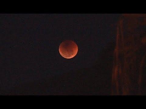 """Dezenas de pessoas lotam Planetário de Nova Friburgo para ver a """"Lua de Sangue"""""""