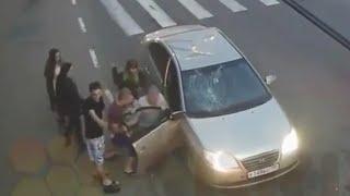 Смотреть онлайн Русский пешеход разбил чужой автомобиль