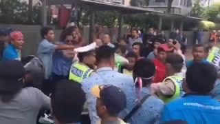VIDEO Detik-detik Bentrok Gojek Dengan Supir Taksi Blue Bird di Jakarta