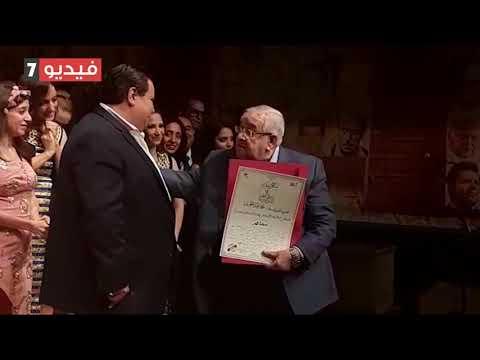 خالد جلال يكرم محمد عبدالعزيز ويبكي تأثرا بكلماته عن العرض وعنه